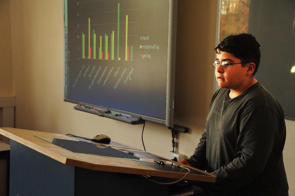 Luka trägt am Diogenes-Pult die Lösung seiner Aufgabe vor, die seine Mitschüler auf dem Smartboard mitverfolgen können. Die Ergebnisse können auf dem Schulportal auch von Zuhause abgerufen werden.