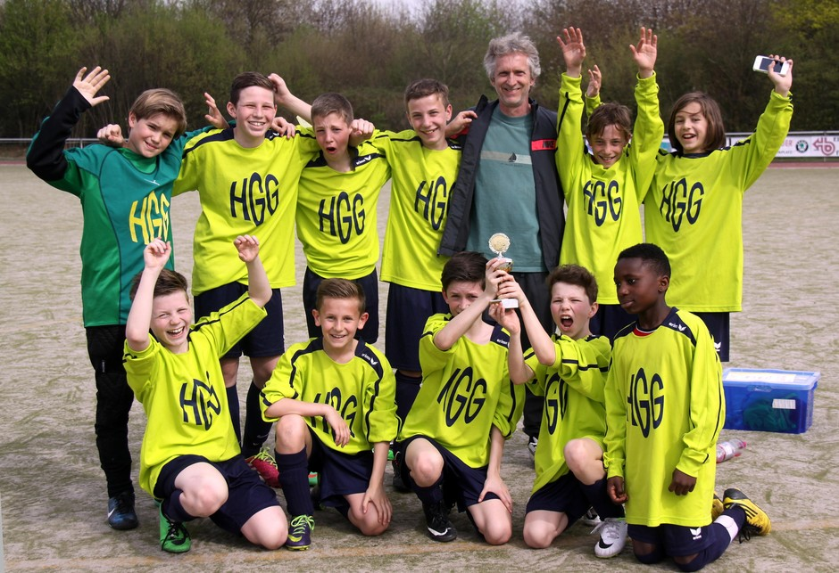 Großer Jubel unserer Mädchen Schulmannschaft (WKIII) über die gewonnene Städteregionsmeisterschaft im Fußball. Mittendrin ein stolzer Trainer. In vielen Wettbewerben sind unsere Schulmannschaften erfolgreich unterwegs, als selbstbewusste und starke Teams…