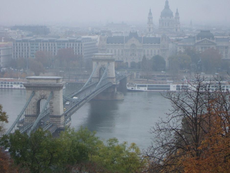 Die Kettenbrücke in Budapest im Nebel