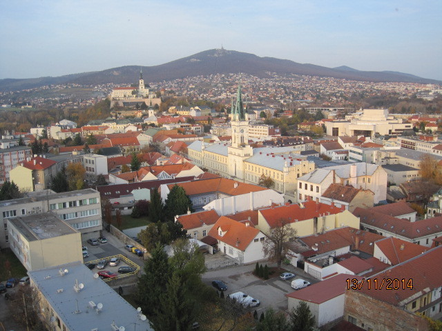 Blick vom Kirchturm über Nitra auf den Berg Sobor