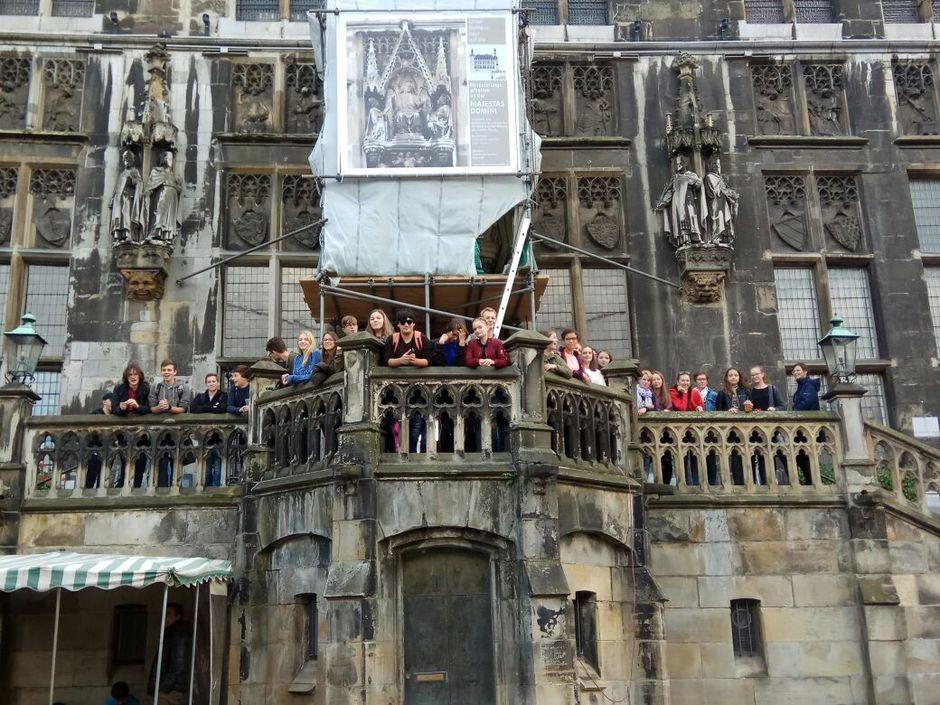 Auf der Aachener Rathaustreppe