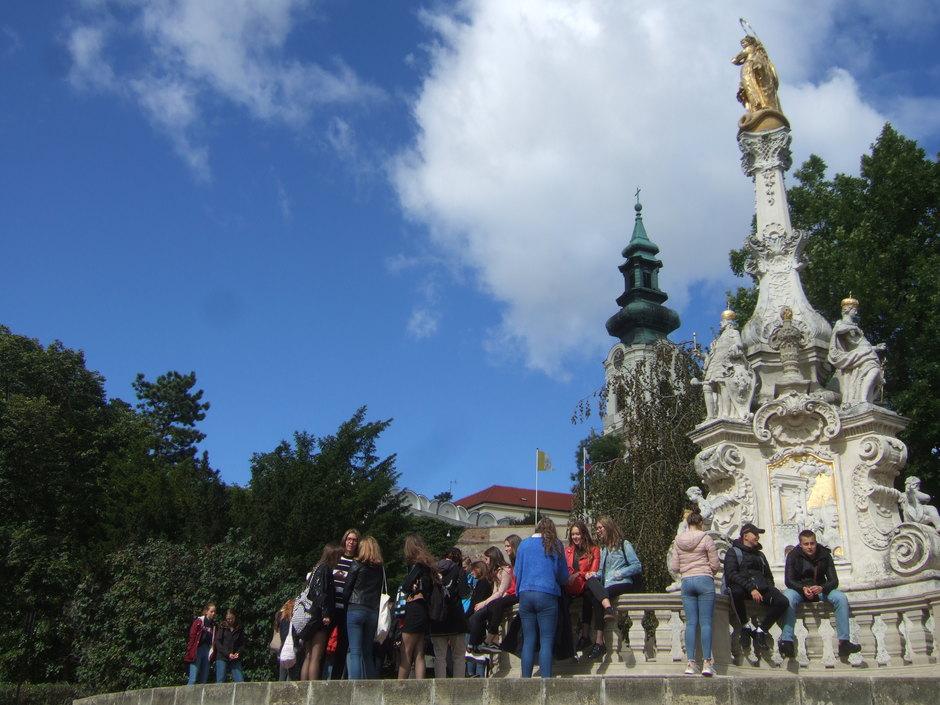 Pestsäule am Burgberg in Nitra mit Kirchturm