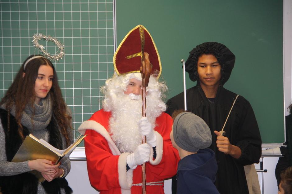 Der Nikolaus stellte sich auch den Fragen der Schüler